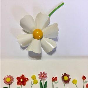 Vintage daisy pin enamel painted metal